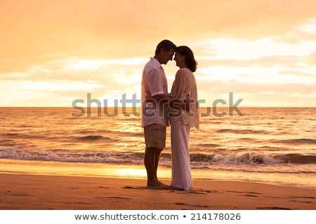 âge moyen couple baiser plage amour mer Photo stock © photography33