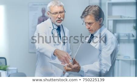 Stockfoto: Twee · artsen · bespreken · testresultaten · vrouw · handen