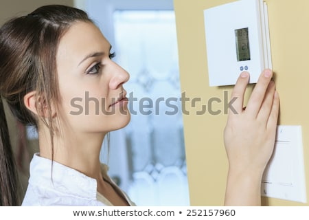 Vrouw ingesteld thermostaat huis home kamer Stockfoto © Lopolo
