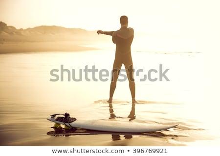 Człowiek surfer plaży w górę surfing surfowania Zdjęcia stock © galitskaya