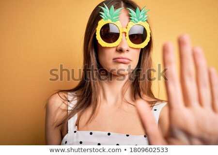 gelukkig · brunette · vrouw · zonnebril - stockfoto © hasloo