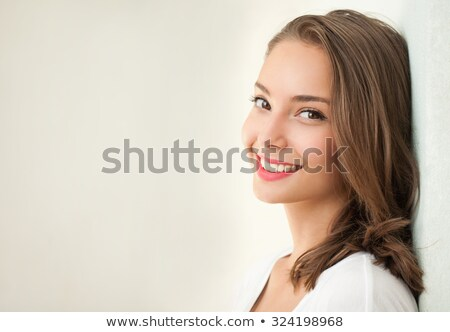 Gyönyörű mosoly a gyönyörű, fiatal lány boldog és nyugodt Stock fotó © lithian