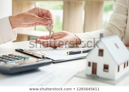 успешный агент по продаже недвижимости собственности ключами договор иллюстрация Сток-фото © jossdiim