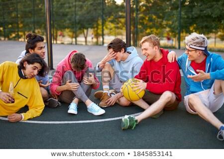 Giovani felice basket giocatori seduta parco giochi Foto d'archivio © deandrobot