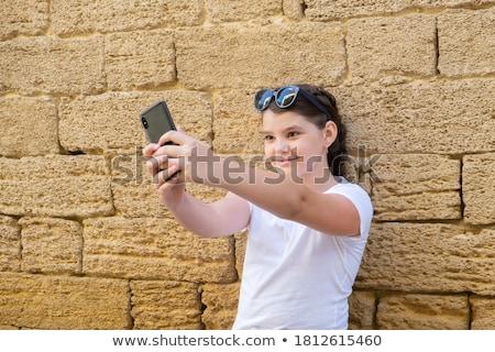 Tinilányok elvesz figyelmeztetés barátság szabadidő technológia Stock fotó © dolgachov