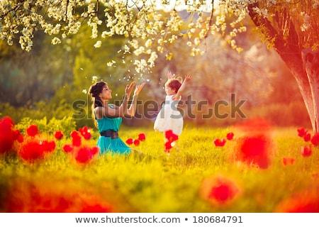 weinig · meisje · spelen · park · groen · blad - stockfoto © dolgachov