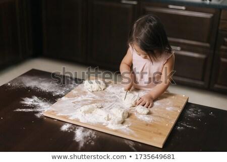 Aranyos lány vág friss házi készítésű pizza Stock fotó © gewoldi