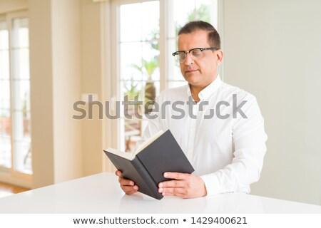 retrato · pensativo · maduro · óculos · sessão · tabela - foto stock © feedough