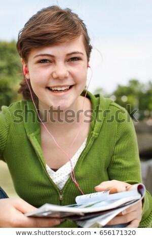 tienermeisje · mp3-speler · buitenshuis · groene · teen · tieners - stockfoto © is2
