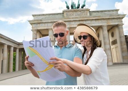 Férfi térkép Brandenburgi kapu Berlin közelkép fiatal Stock fotó © nito