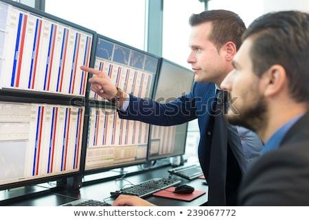 Giełdzie pośrednik wykresy komputera mężczyzna kobiet Zdjęcia stock © AndreyPopov