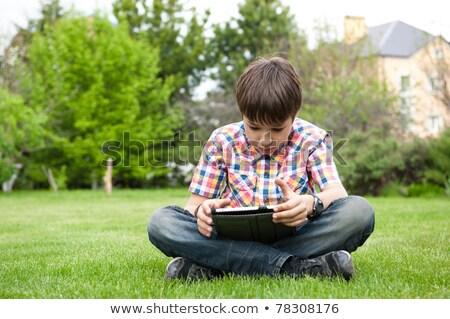 Młody chłopak odkryty trawy podwórko gry Zdjęcia stock © galitskaya