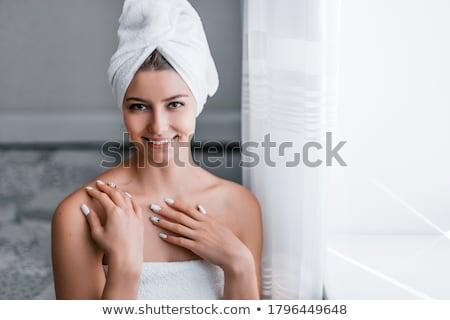 Genç güzel bir kadın banyo portre el yüz Stok fotoğraf © dukibu