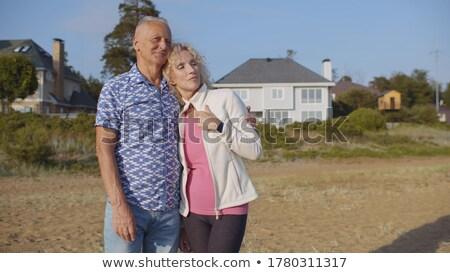 Retrato sonriendo altos hombre pie casa de playa Foto stock © wavebreak_media