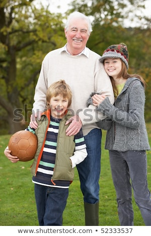 abuelo · nietos · jugando · balón · de · fútbol · junto · familia · feliz - foto stock © monkey_business