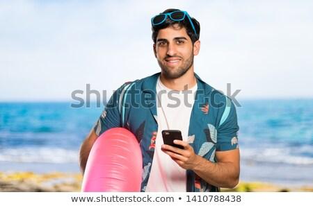 Foto stock: Hombre · celular · teléfono · playa · verano · sonriendo