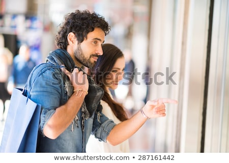 Paar winkelen reis vrouwelijke aanwezig glimlachend Stockfoto © photography33