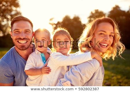 jeunes · famille · parents · enfants · courir · domaine - photo stock © is2