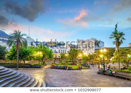 ストックフォト: 旧市街 · 1泊 · エクアドル · バシリカ · 山 · 建物