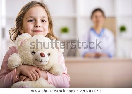 Jonge vrouw glimlachend teddybeer portret mooie permanente Stockfoto © bmonteny