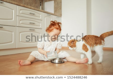 feliz · propietario · gato · potable · leche · médicos - foto stock © wavebreak_media