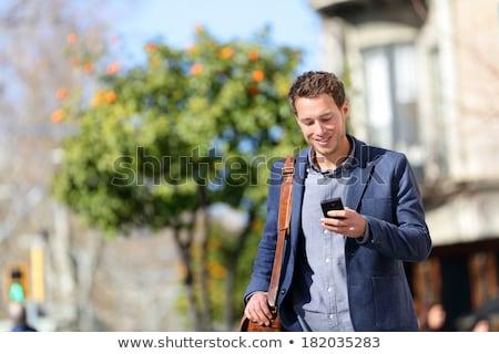 Foto stock: Homem · caminhada · falante · celular · cidade · alegre