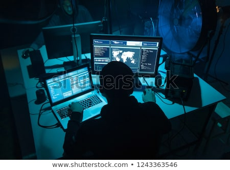 Hacker met behulp van laptop computer aanval hacking technologie Stockfoto © dolgachov