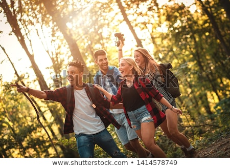 Foto d'archivio: Gruppo · quattro · amici · escursioni · insieme · foresta