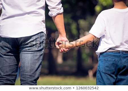 семьи · ходьбе · тротуар · ребенка · матери · джинсов - Сток-фото © lopolo