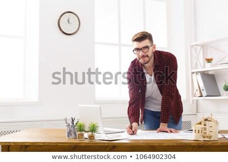 Jonge mannelijke architect blauwdruk witte professionele Stockfoto © wavebreak_media