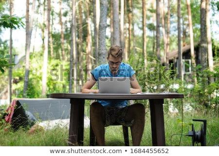 Homem trabalhando jardim primavera mão casa Foto stock © nenovbrothers