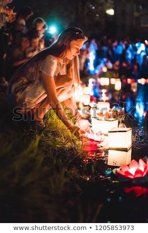 Jovem chinês lanternas flutuante lago noite Foto stock © MikhailMishchenko