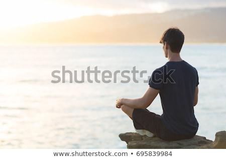 Man mediteren buitenshuis zee meditatie geestelijkheid Stockfoto © dolgachov