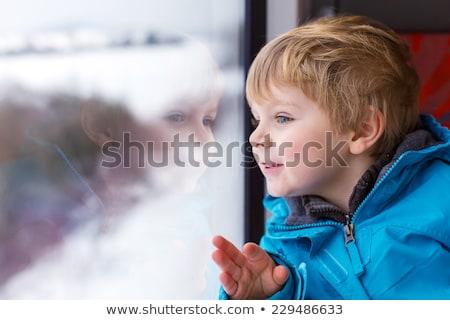 Mooie jongen naar uit trein Stockfoto © galitskaya