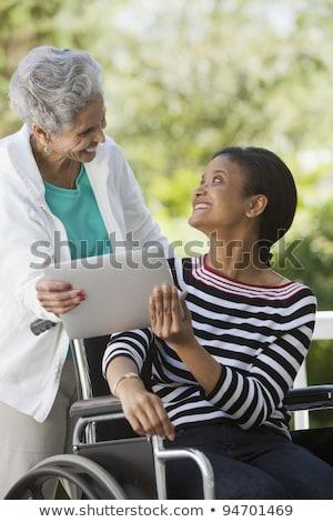Liefdevolle moeder en dochter delen computer buitenshuis Stockfoto © EdBockStock