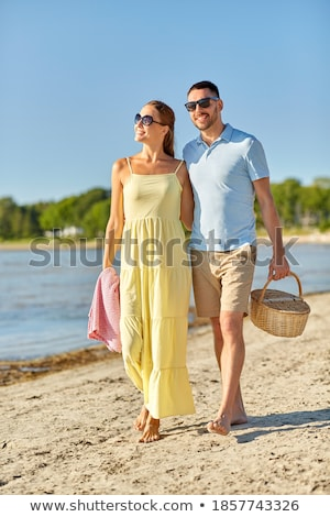 Couple marche plage panier pique-nique femme amour Photo stock © monkey_business