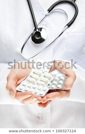 felismerhetetlen · női · orvos · tart · hólyag · tabletták - stock fotó © hasloo