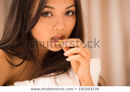 asiático · mulher · jovem · alimentação · batata · cama · quarto · de · hotel - foto stock © chanawit