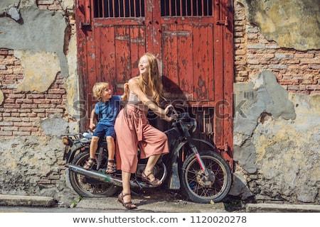 Moeder zoon oude motorfiets straat ontwerp Stockfoto © galitskaya