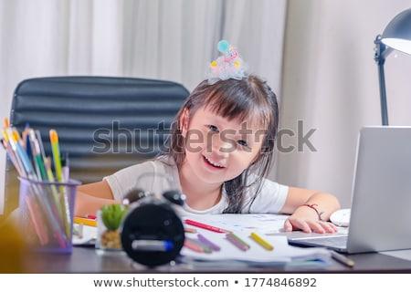 Aranyos lány festmény kicsi asztal néz Stock fotó © gewoldi