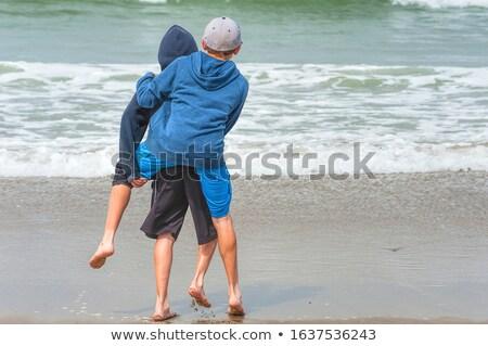 Stock fotó: Fiútestvérek · játszik · háton · óceán · együtt · ugrik