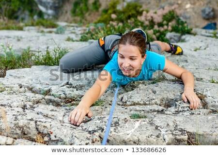 Vastbesloten vrouw oefenen rotsklimmen fitness studio Stockfoto © wavebreak_media