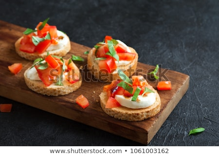 Delicioso frescos bruschetta tomate albahaca aceitunas negras Foto stock © dash