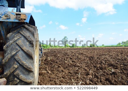 Zdjęcia stock: Dziedzinie · rolniczy · maszyn · czerwony · ciągnika · niebo