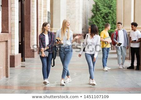 Stok fotoğraf: üç · Öğrenciler · kızlar · yürüyüş · kampus · üniversite