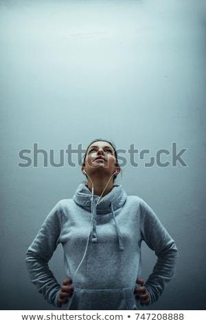 gyönyörű · fiatal · nő · testmozgás · tornaterem · hallgat · zenét · hallgat - stock fotó © deandrobot