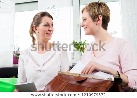 Donna seduta istruttore donna sorridente femminile giornali Foto d'archivio © Kzenon