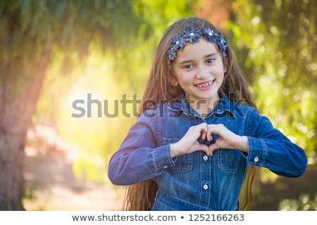 Cute jeunes métis fille coeur Photo stock © feverpitch