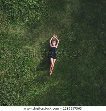 genç · güzel · kadın · çim · gülen · yaz · gün · batımı - stok fotoğraf © photocreo