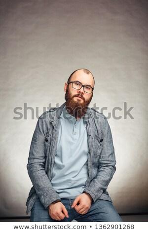 Gut aussehend jungen Geschäftsmann Bart stehen halten Stock foto © deandrobot